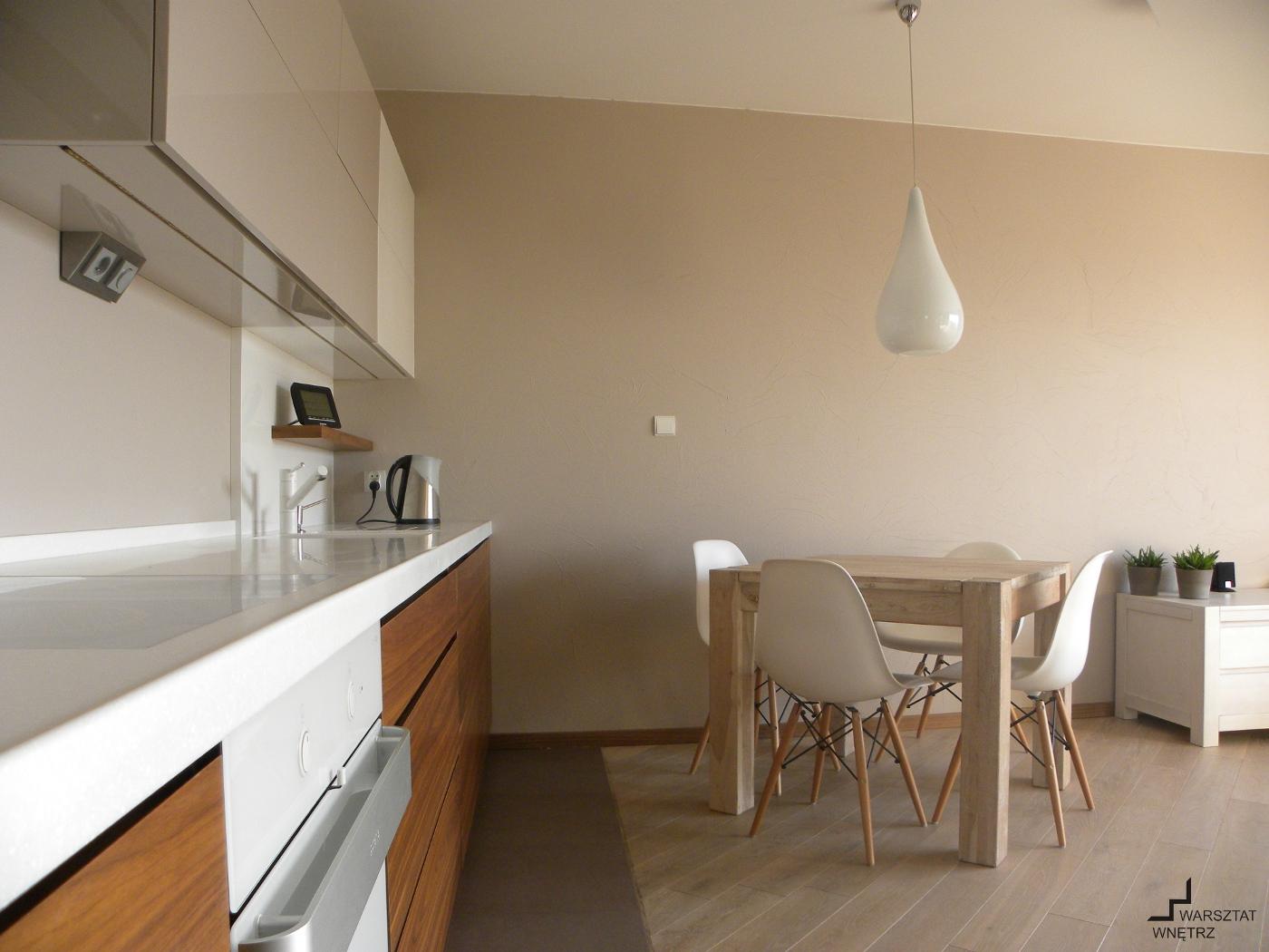 salon z aneksem kuchennym w stonowanej kolorystyce warsztat wn trz. Black Bedroom Furniture Sets. Home Design Ideas